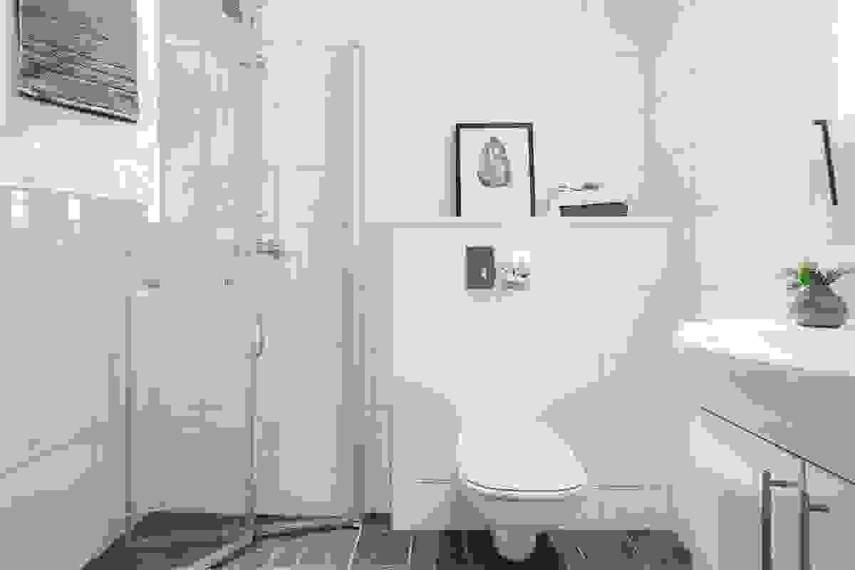 Baderommet i tilknytning til hovedsoverommet har foldedører av herdet glass i dusjnisjen