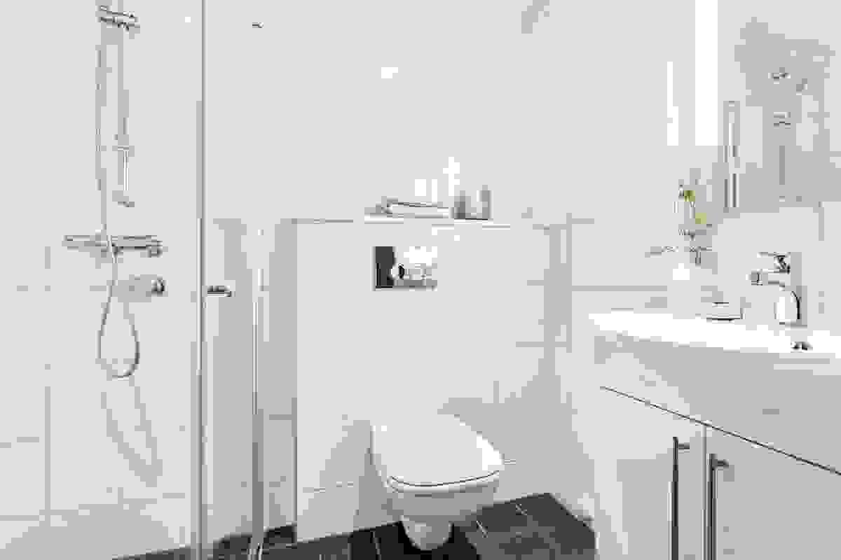 Begge baderommene har også vegghengte toaletter