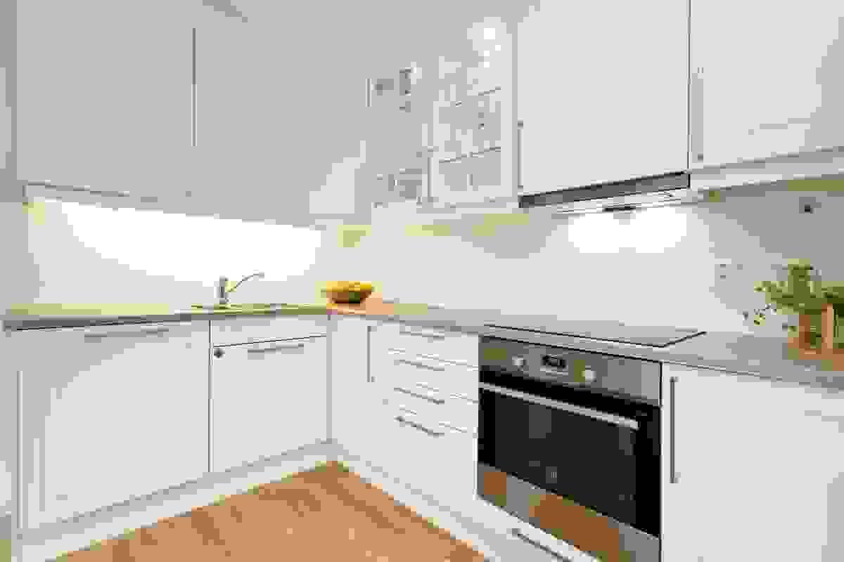 Kjøkkenet har en moderne, stilfull innredning levert av Sigdal