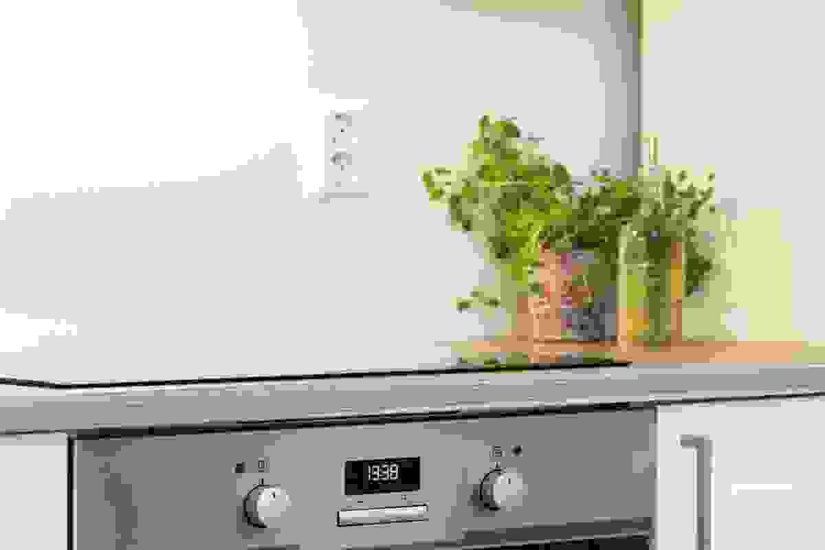 Det meste av hvitevarer er integrerte; oppvaskmaskin, stekeovn og induksjonstopp