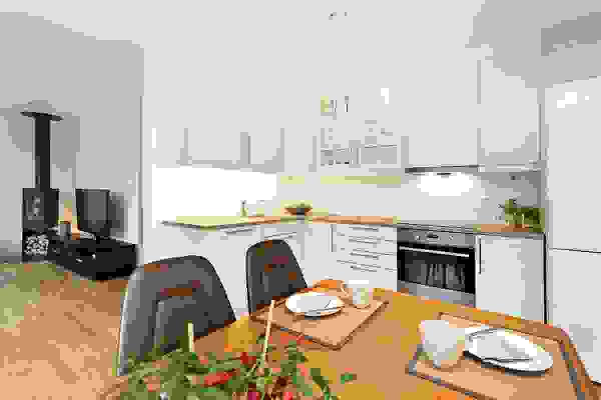 Ved kjøkkenet er det plass til et koselig spisebord
