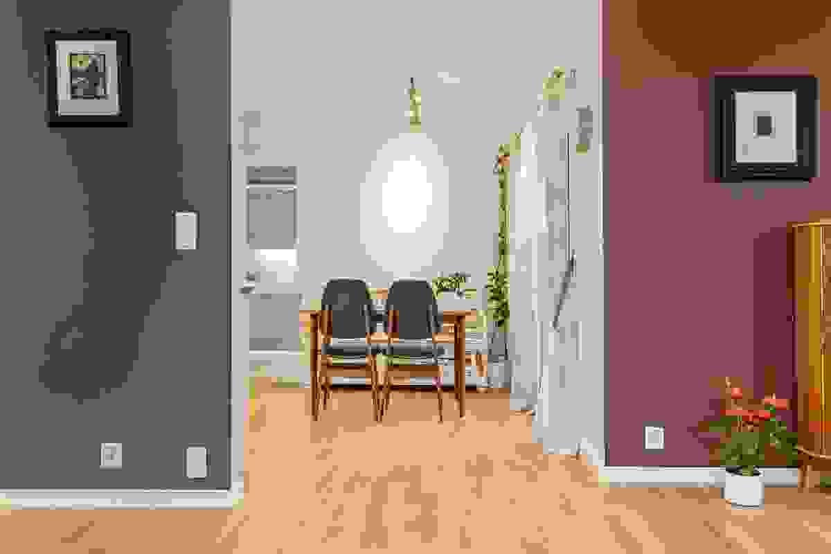 Fargene er gjennomgående tidsriktige og setter et et moderne og samtidig lunt preg på boligen