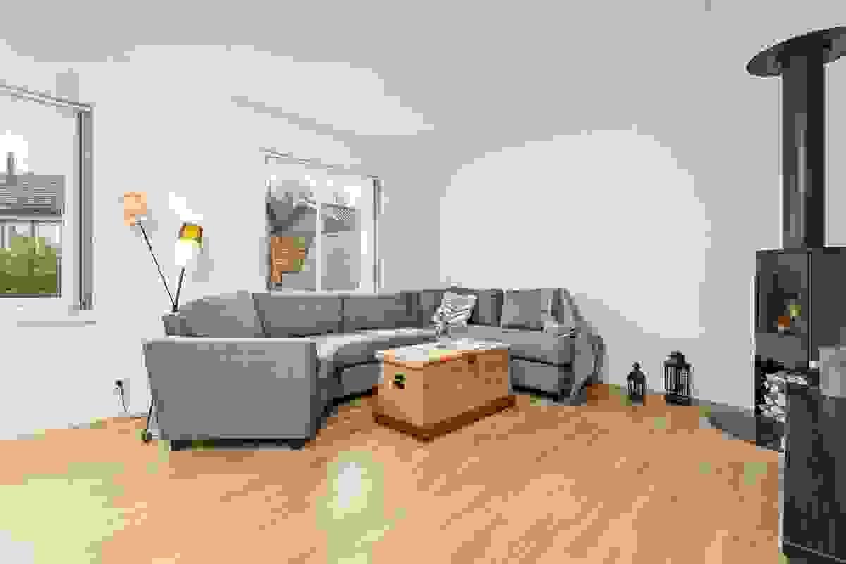 Sofaen får naturlig plass i hjørnet