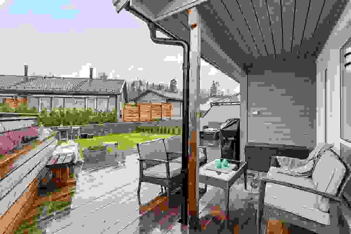En plassbygd levegg med blomsterkasse gir god atmosfære og skjermer samtidig mot naboen