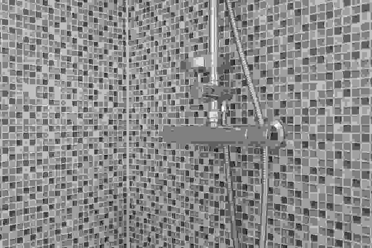 Wc er vegghengt og dusjen har plassbesparende, innfellbare dører