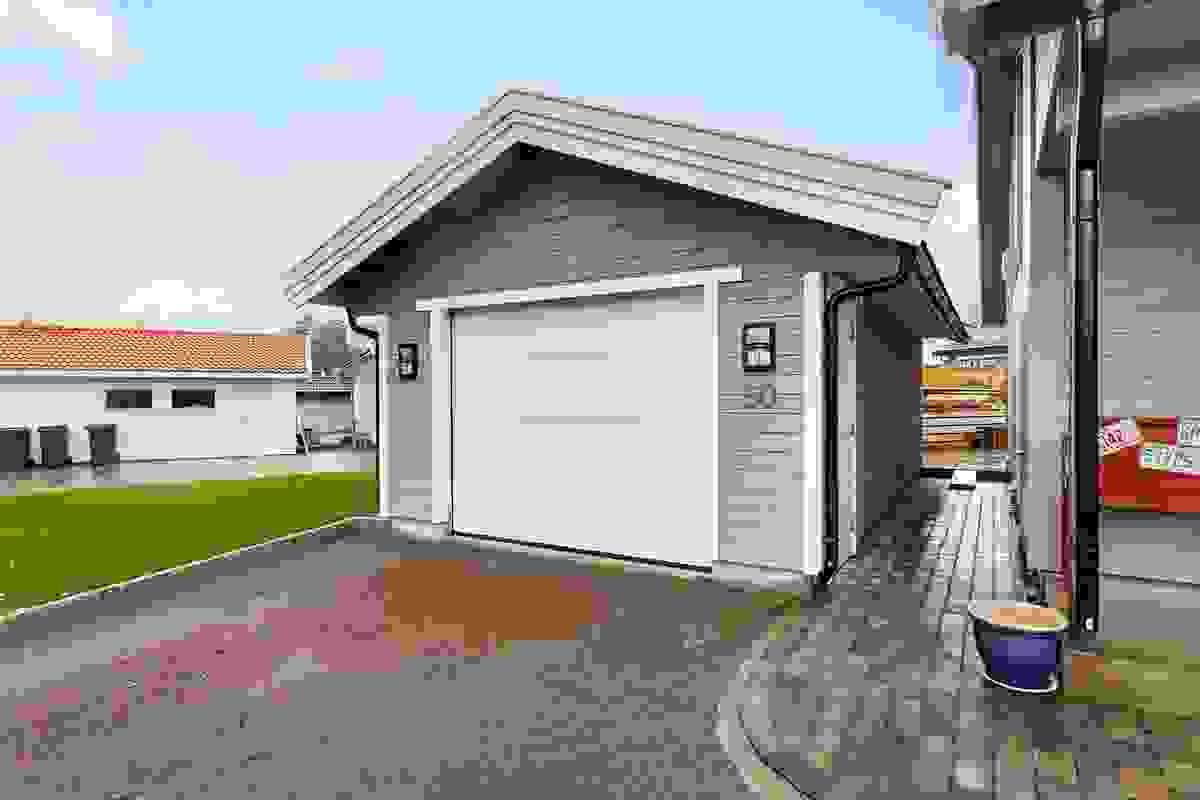 Garasjen som ble oppført i 2016 har automatisk portåpner