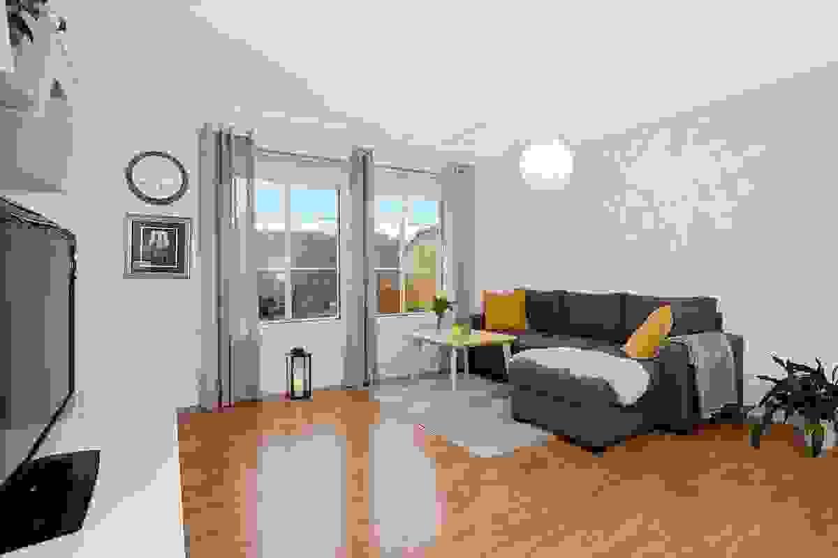 Romslig og lys stue med godt lysinnslipp