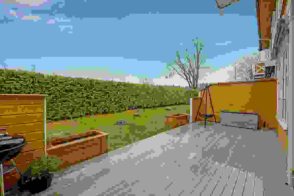 Solrik og skjermet terrasse. God plass til møbler, grill mm