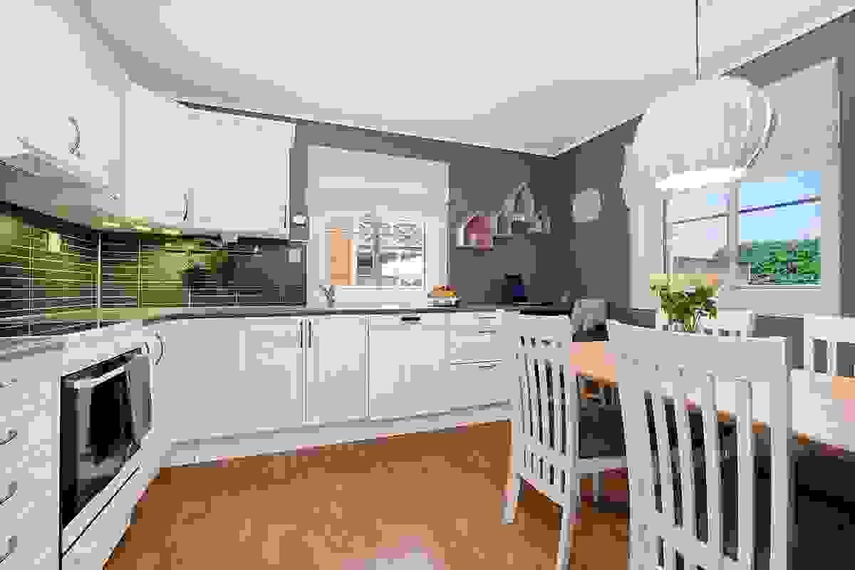 Innholdsrikt kjøkken med god skap- og benkeplass