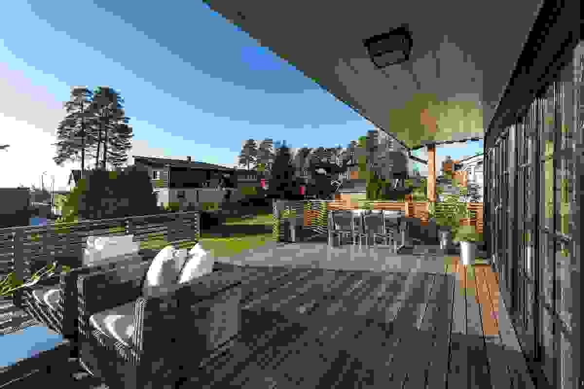 Terrassen er svært skjermet som følge av blant annet rekkverk og noe inntrukket overbygg.