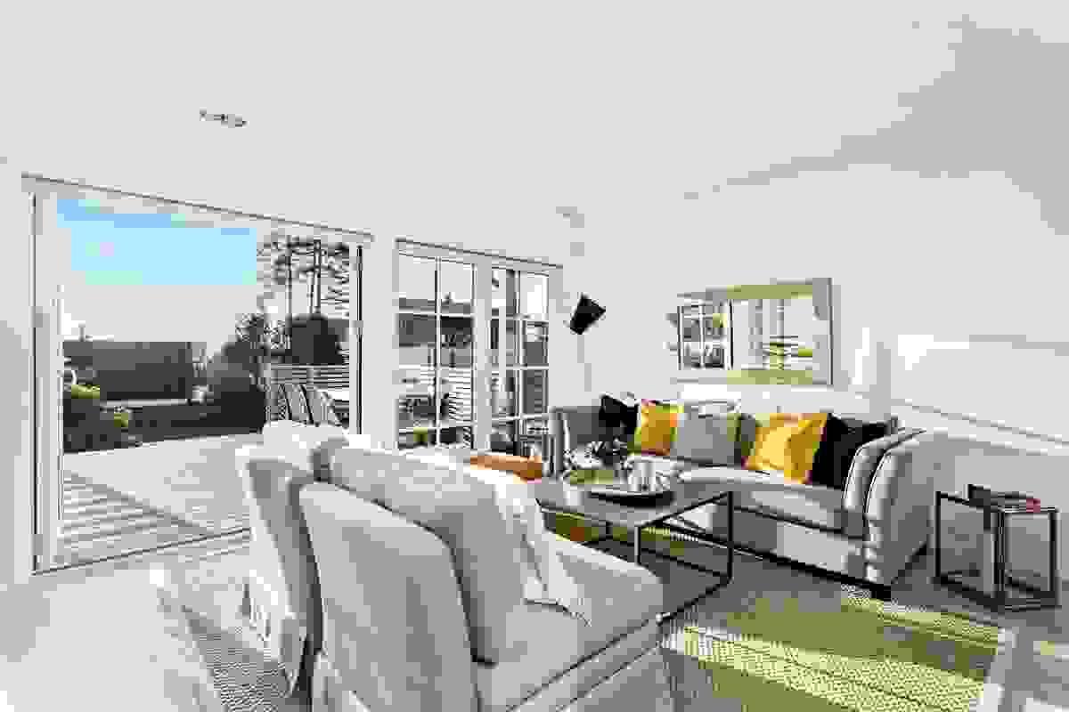 """Den direkte tilkomsten til terrassen via stor skyvedør gjør at den store uteplassen nærmest blir en """"ekstra stue"""" i sommerhalvåret."""