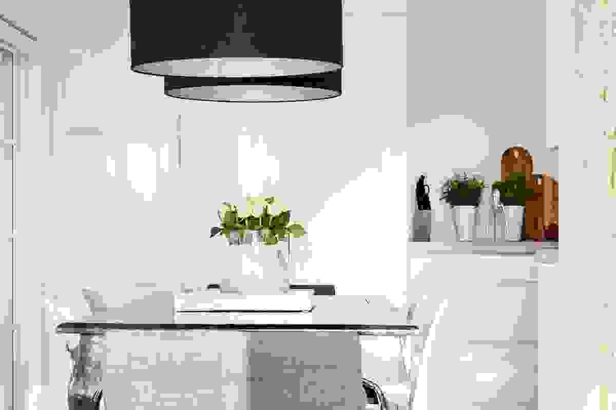 Kjøkkenet blir som et lekkert møbel i den herlige og åpne løsningen mot spisestuen.