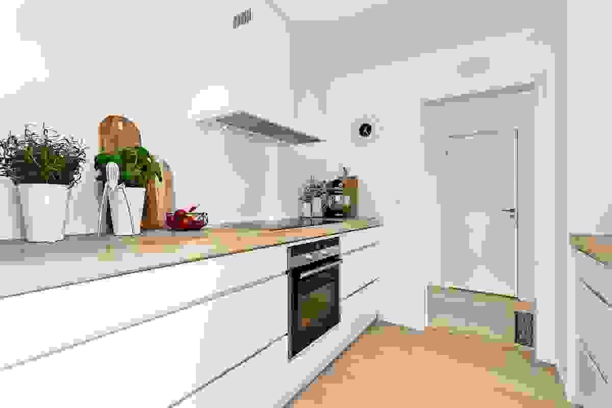 Rommet har inngang både fra husets gang og fra den koselige spisestuen.