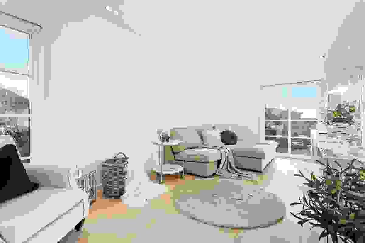 I tillegg til hovedstuen og spisestuen, er det et ekstra rom som i dag benyttes til en separat TV-stue/allrom.