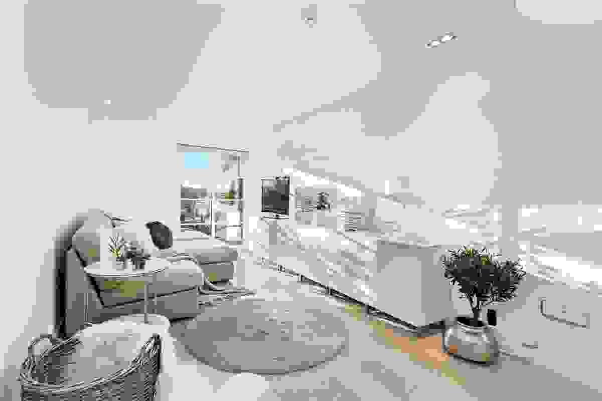 Lyst og åpent rom som også særpreges de dype og flotte vinduene.