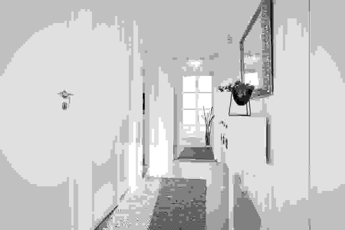 Gangen i 1. etasje er praktisk avdelt fra entreèn med glassdør som gir fin gjennomlysning.