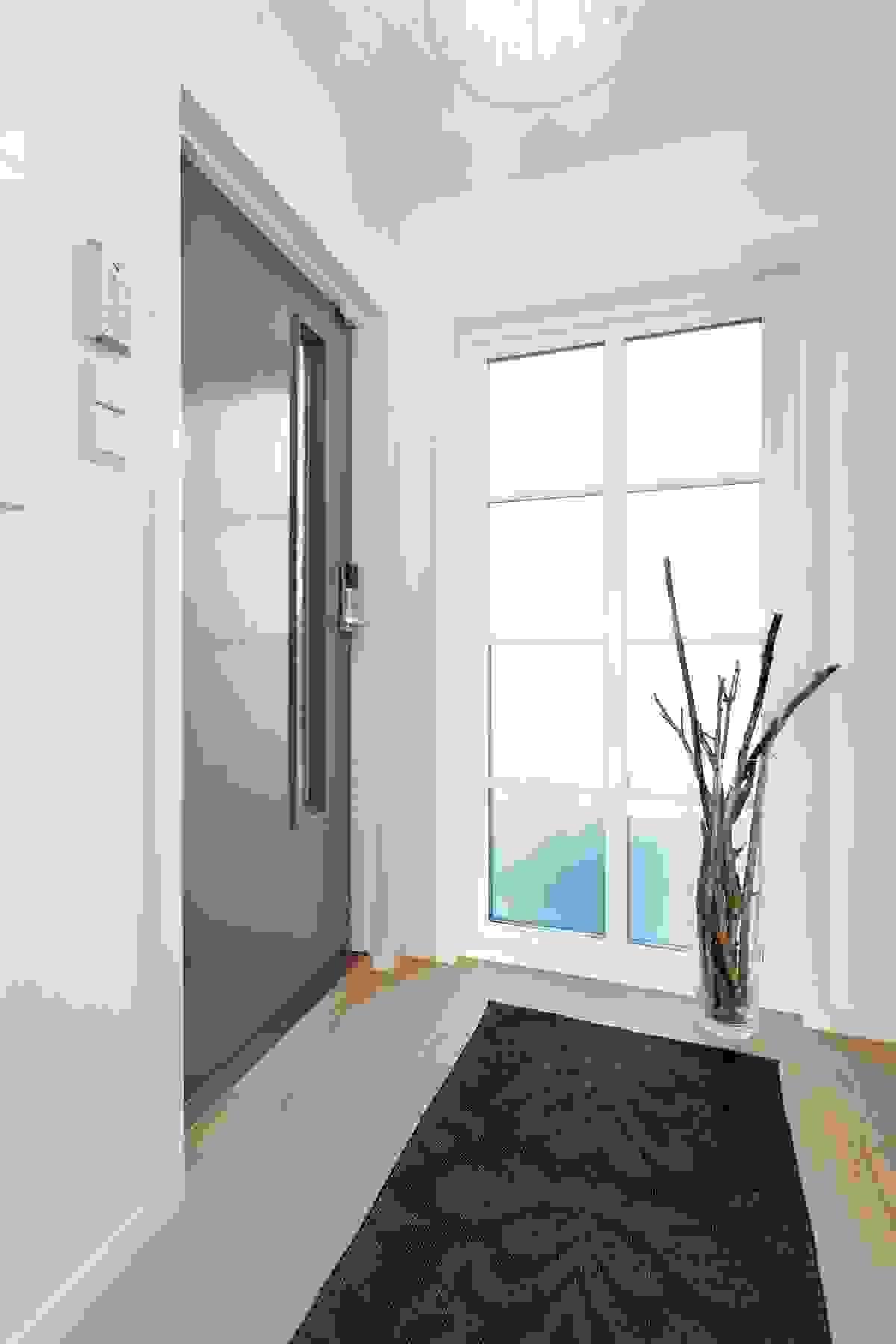 Hovedinngangsdøren til huset fører deg inn i husets entre og har god overdekning takutstikket på østsiden av eiendommen.