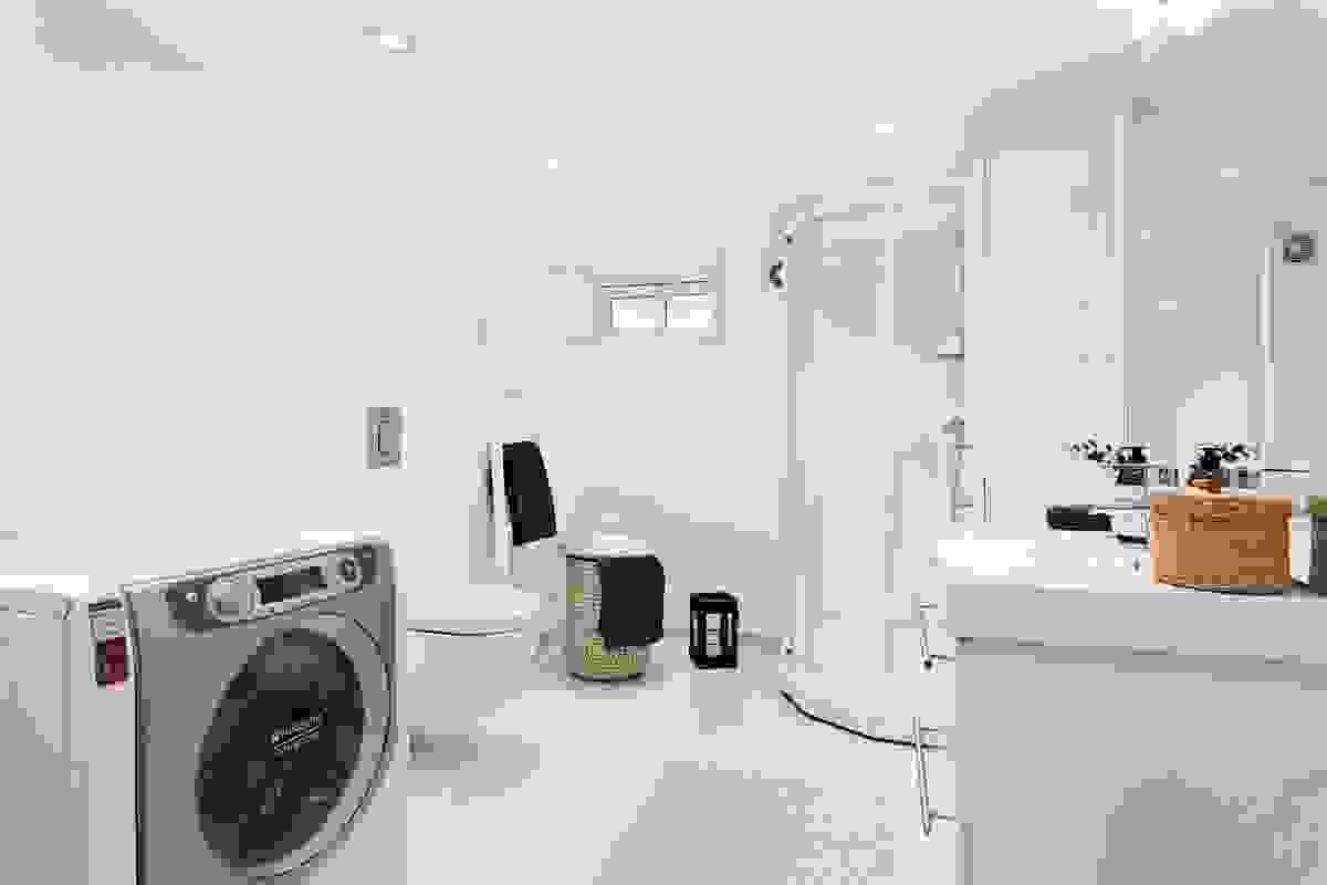 Det nye baderommet med toalett og vaskerom i underetasjen.