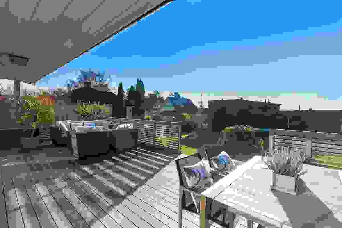 Den herlige terrassen på ca. 41 m² ut for stuen er et nydelig uterom som vender ut mot den store hagen på baksiden av huset.