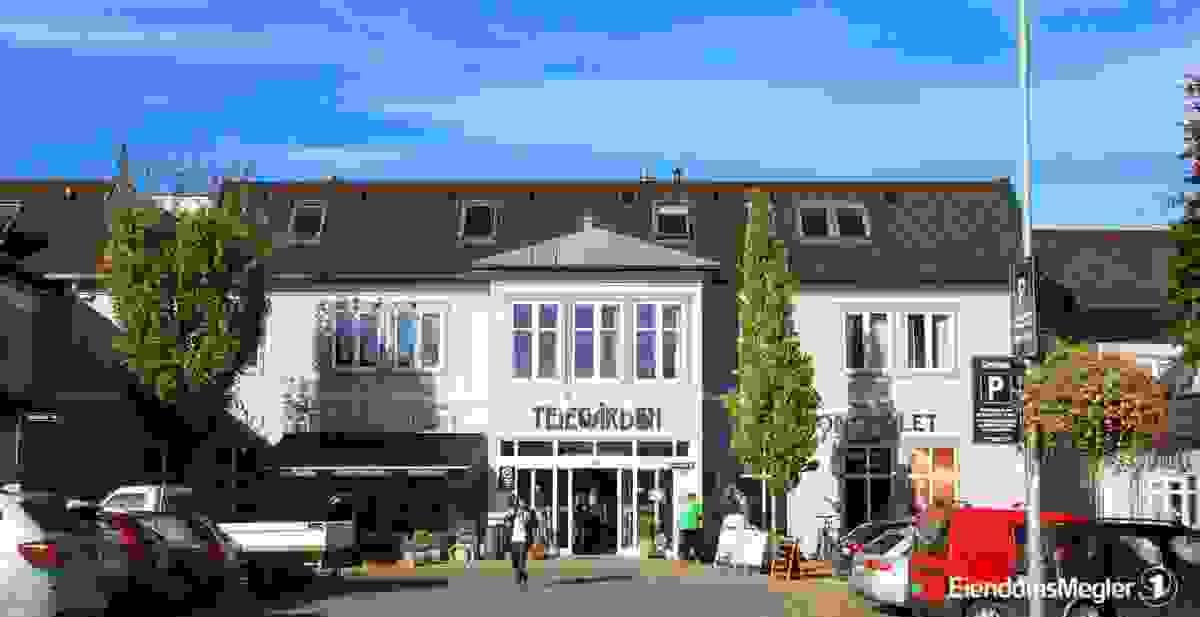 Det er gangavstand til Teie torv, hvor det finnes et godt utvalg av butikker, vinmonopol, bank, post i butikk, shoppingmuligheter samt flere hyggelige kafeèr og spisesteder.