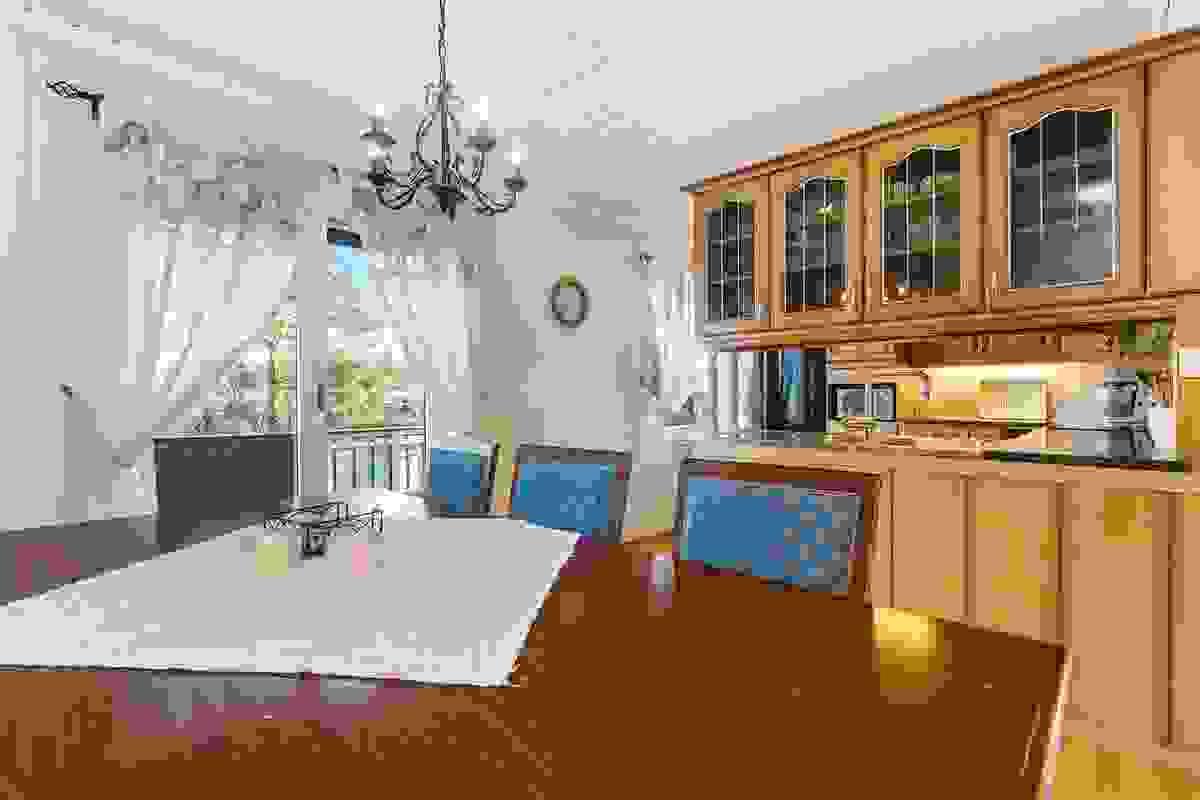 Kjøkkenet fungerer som et allrom for hele familien med god plass til et stort spisebord