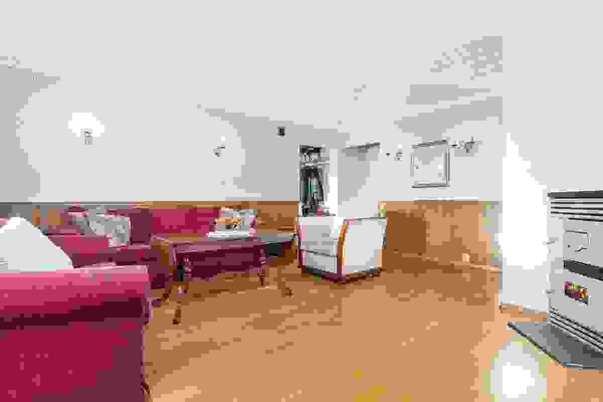 Stuen er god og romslig med plass til sofagruppe og spisestue