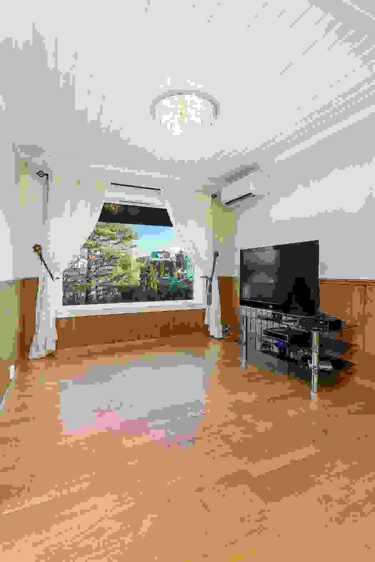 Her er det plass til spisestue, og stort vindu gir både lys og utsyn