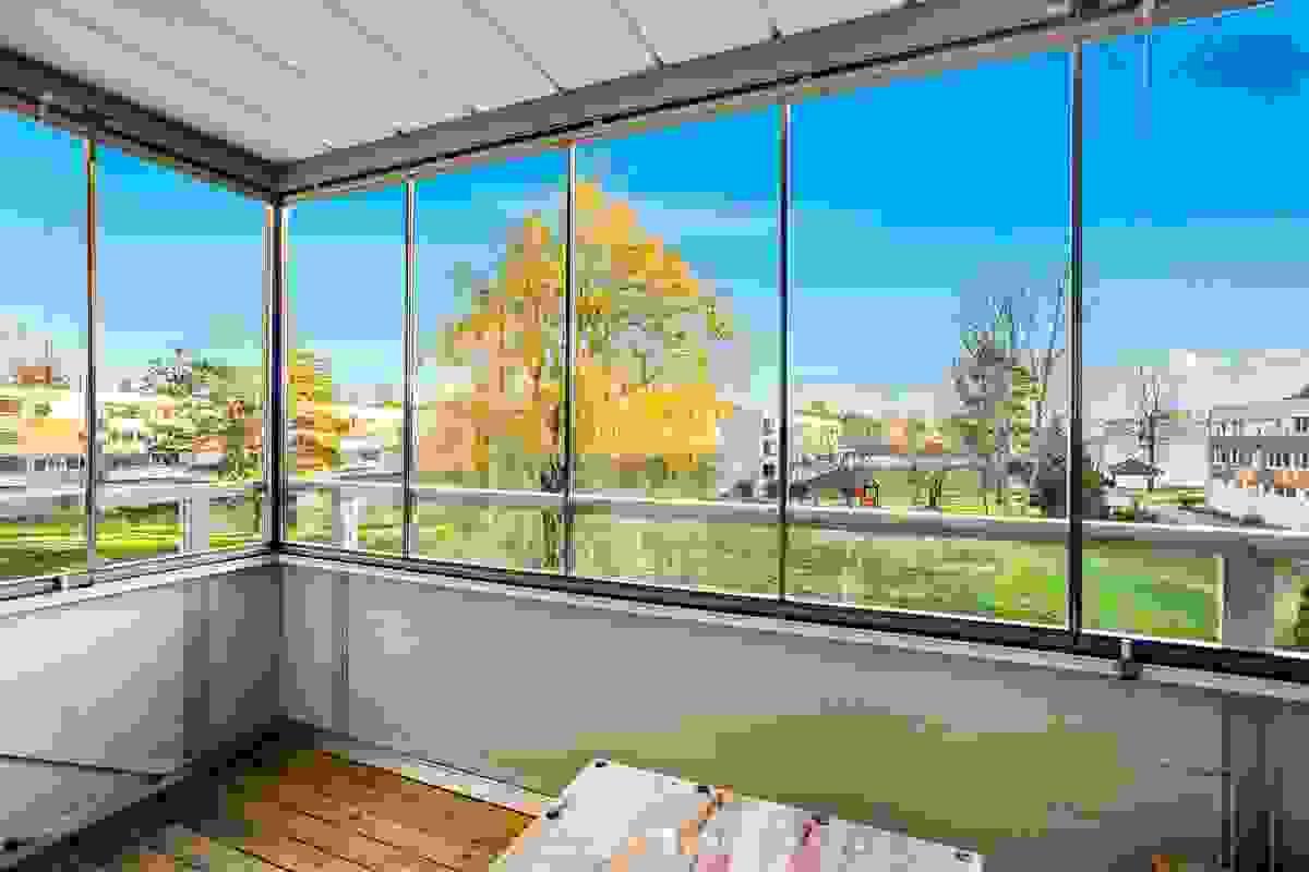"""Innglasset og utvidet sydvendt balkong fra 2007 på ca. 10 m² blir som en """"ekstra stue"""""""
