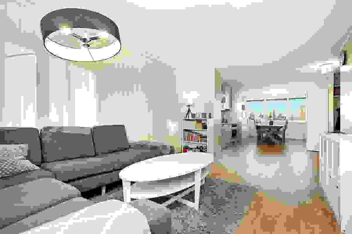 Hovedstuen har god plass til salong-/sittegruppe hvor familie og venner kan samles.