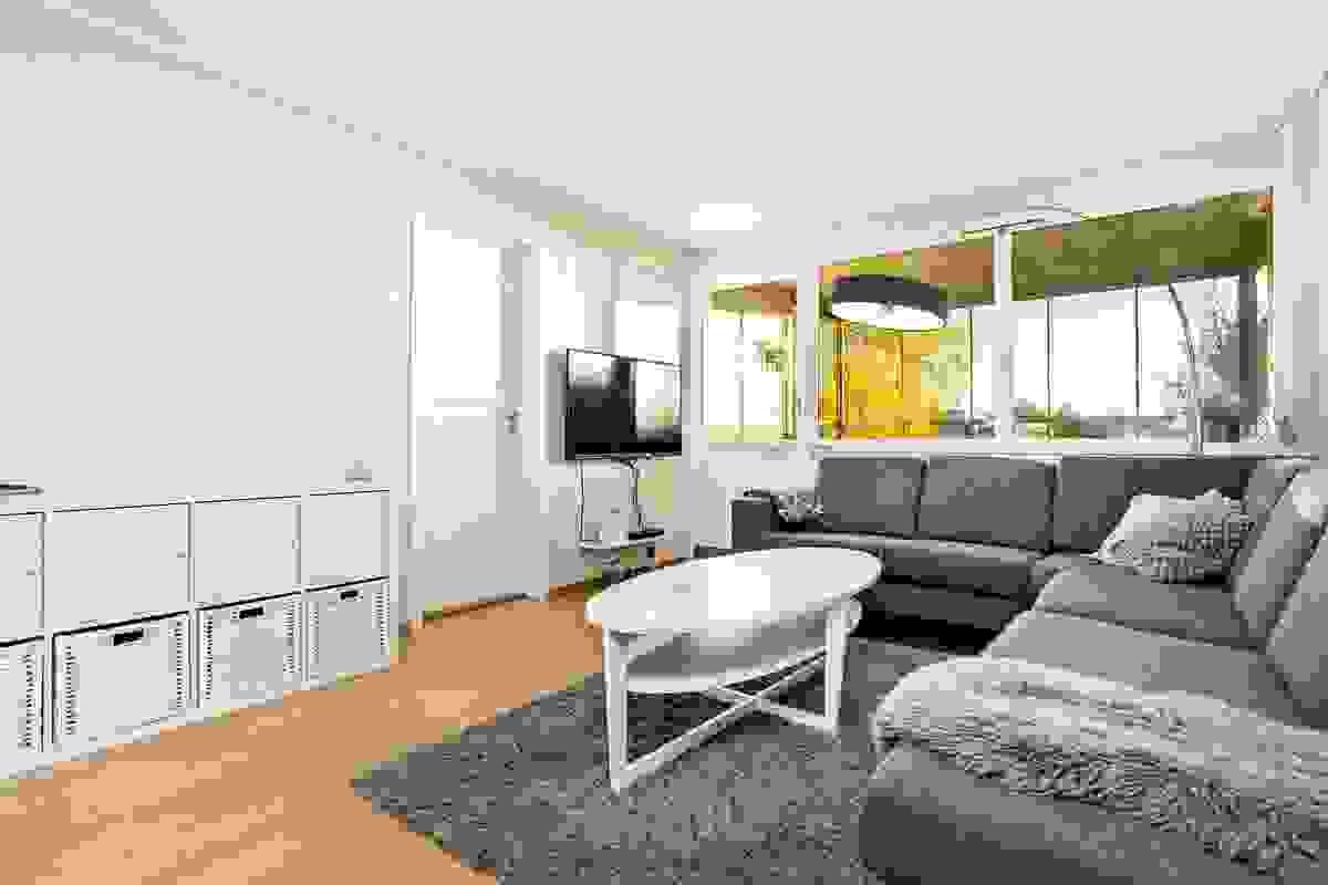 Stor og luftig stue med utgang til balkong.