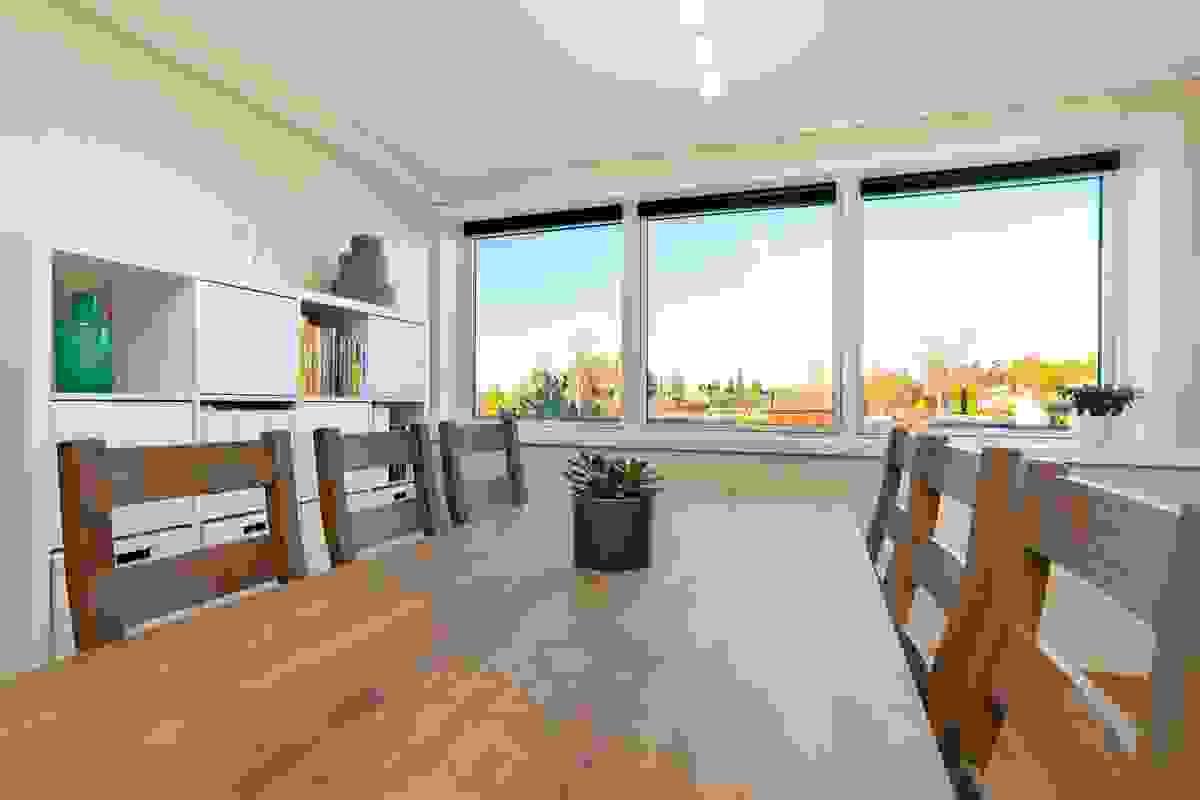 Felles for hovedstuen og spisestuen, er at de har store vindusflater ved begge endevegger i leiligheten.