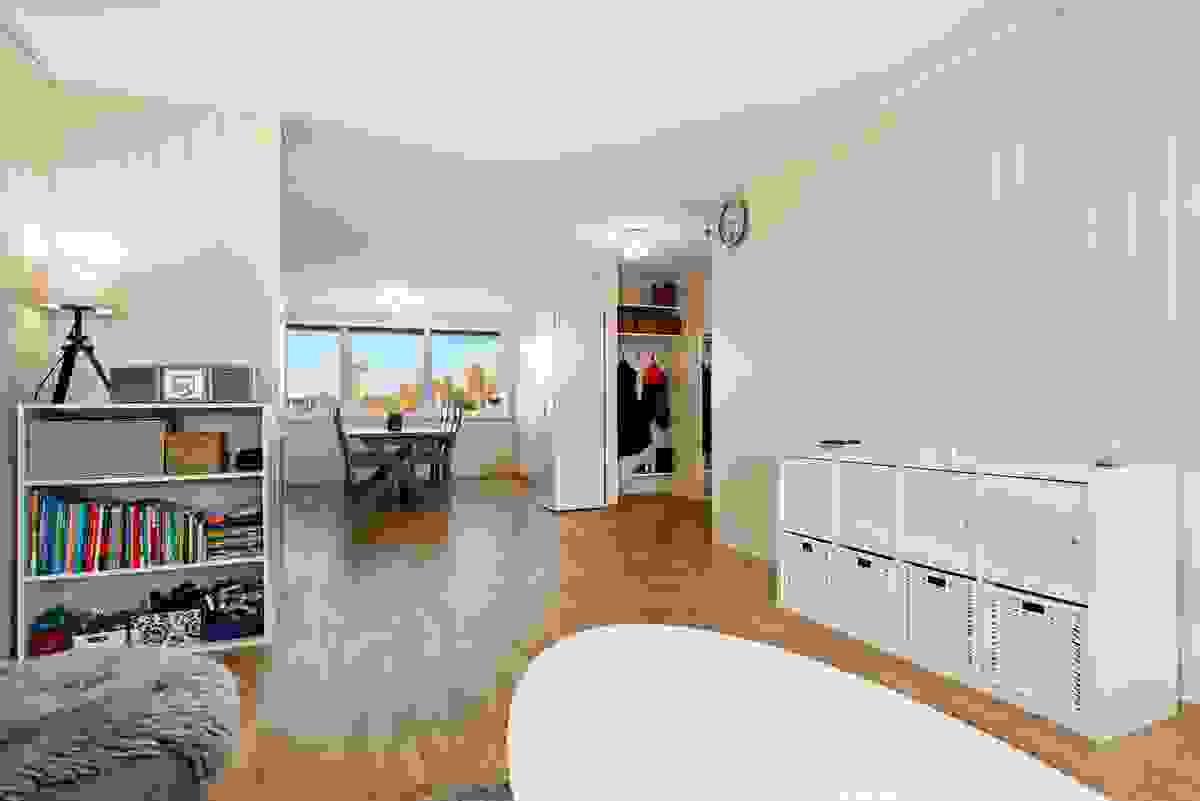 Entreèn ligger i helt åpen løsning mot stue/kjøkken.