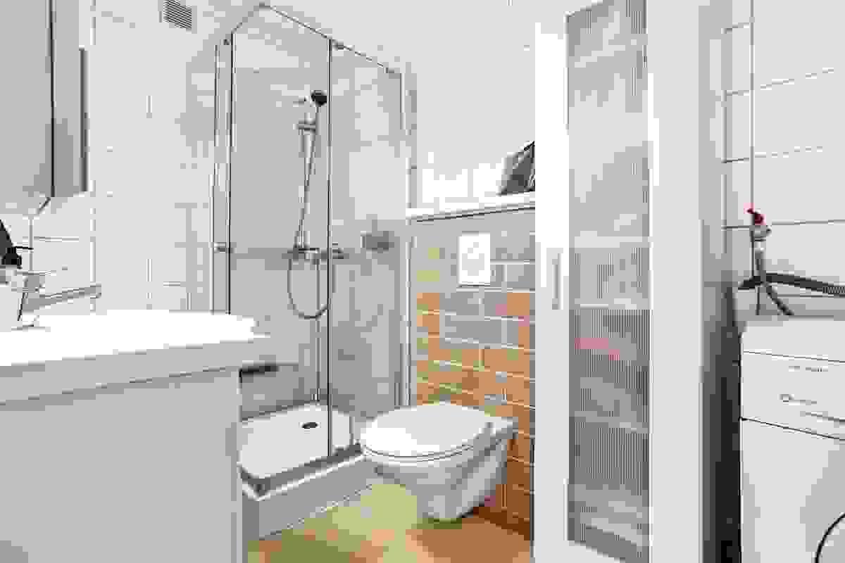 I 2015 ble rommet senest oppusset med nye fliser på vegger, nytt veggmontert toalett og ny baderomsinnredning med høyglansede fronter/veggspeil/overskap/hel servantbenk.