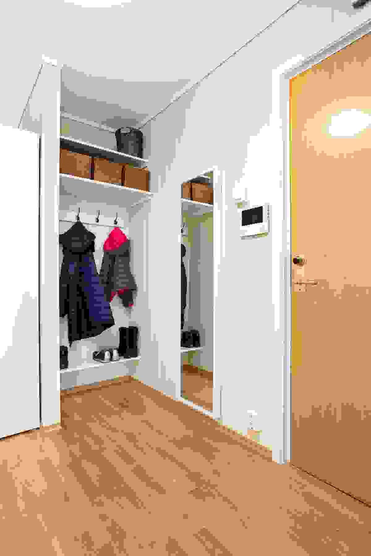 plassbygget en åpen garderobenisje med hyller og anhengsmuligheter.