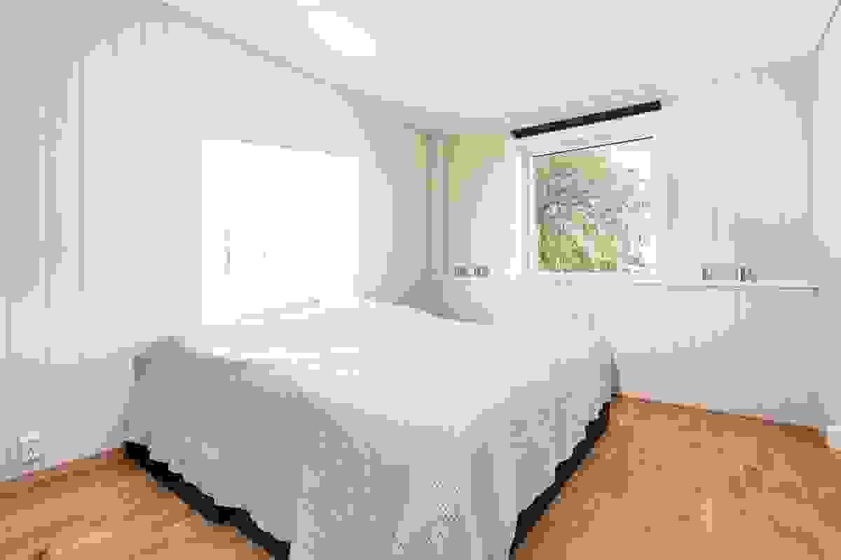 Leilighetens største soverom har vinduer mot syd, og her medfølger et nyere, frittstående 3-dørs garderobeskap.