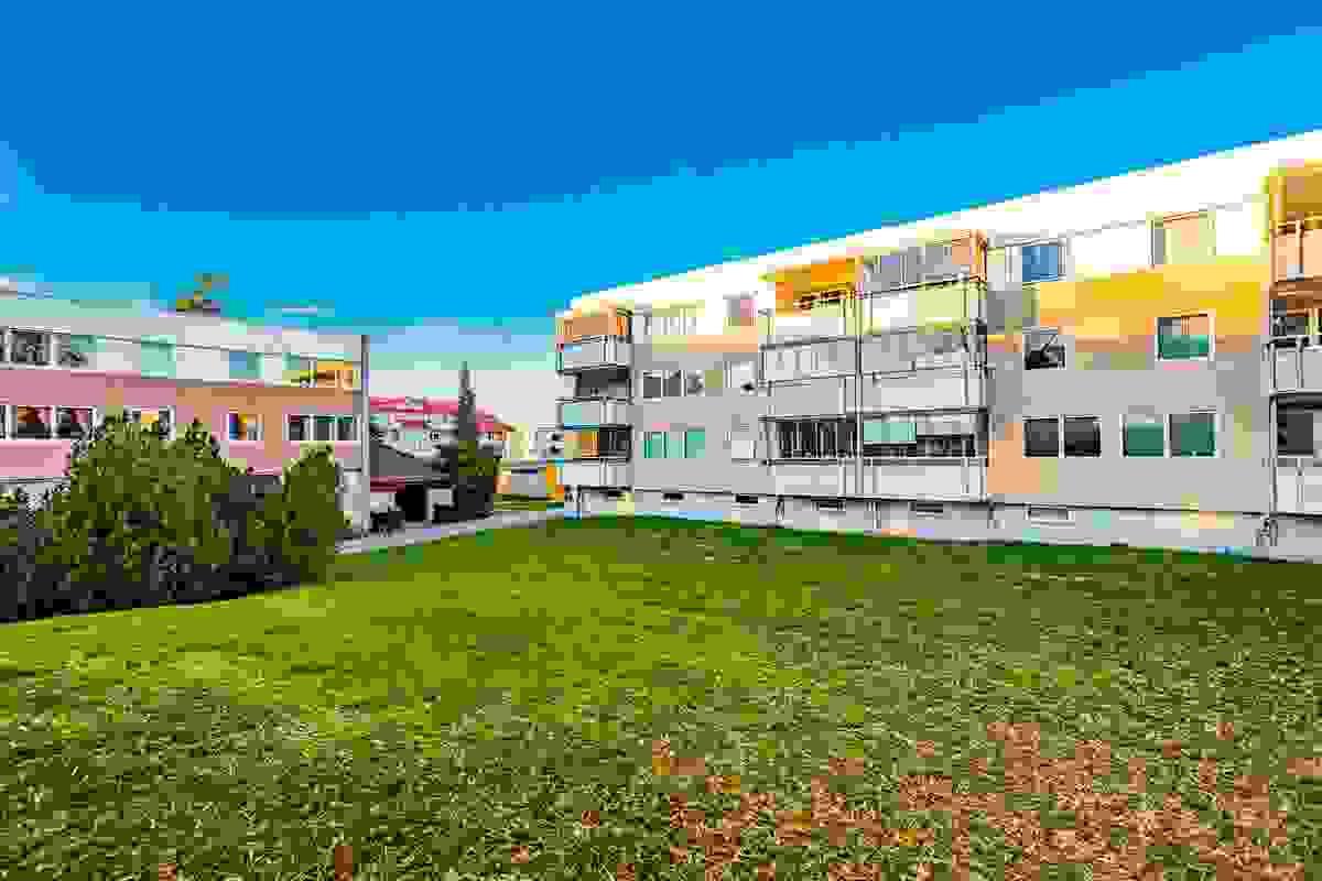 Borettslagets eiendom er bestående av et stort, pent opparbeidet og barnevennlig utomhus-/grøntareal mellom bygningene.