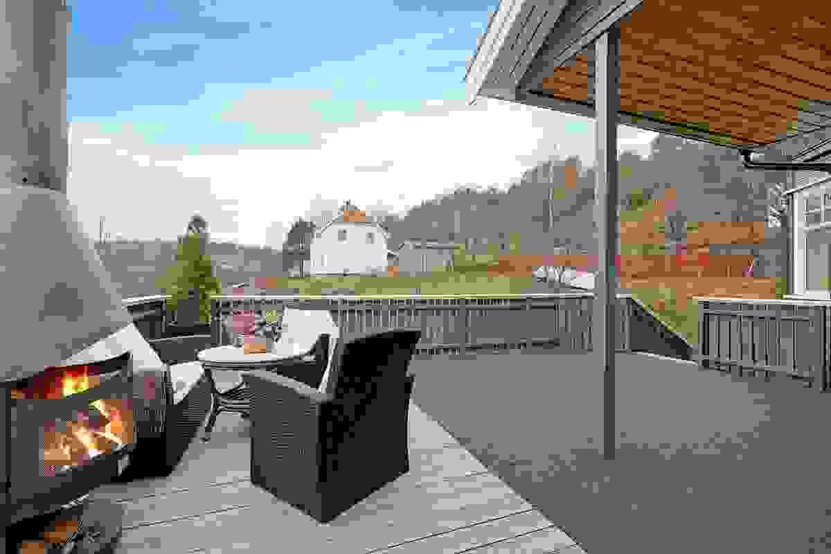 Stor delvis overbygget terrasse