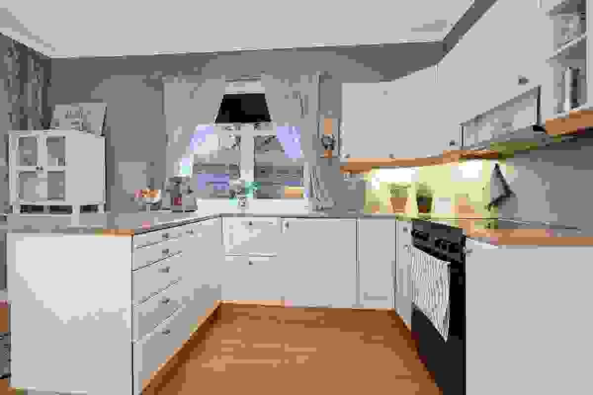 Kjøkkeninnrednig som har rikelig med skap-/skuffeoppbevaring