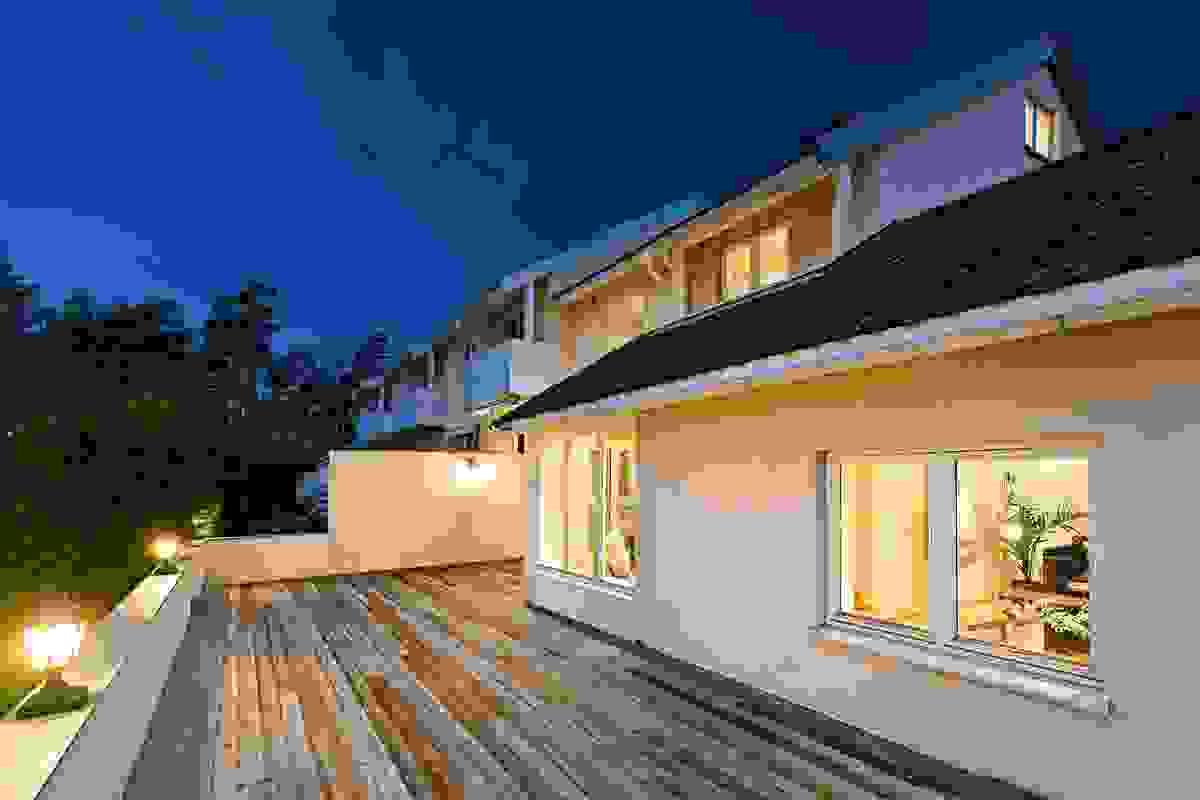 Huset har en fantastisk romslig terrasse mot den koselige hagen i syd