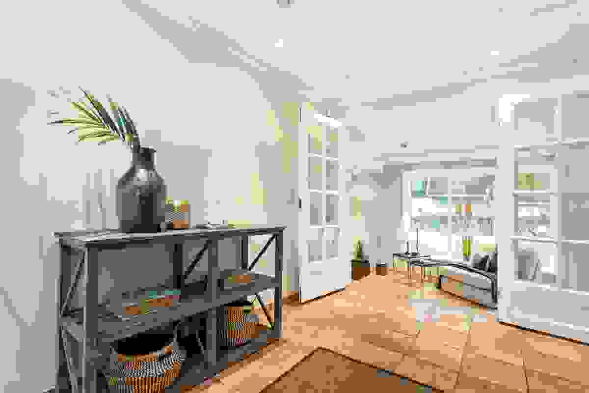 Dobbel glassdør mellom stue-/spisestue og stuen på nedre nivå