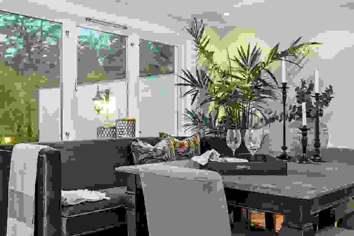 Det naturlige plassering av spisetuebord er under rommets sydvendte vinduer. Herfra har man fin nærkontakt med terrasse og søndre del av hagen.