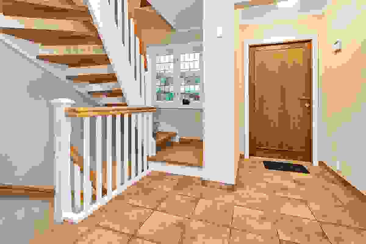 """Hallen er lys og romslig, så her ønskes du """"velkommen inn"""" av et arealgenerøst og delikat arrangement."""