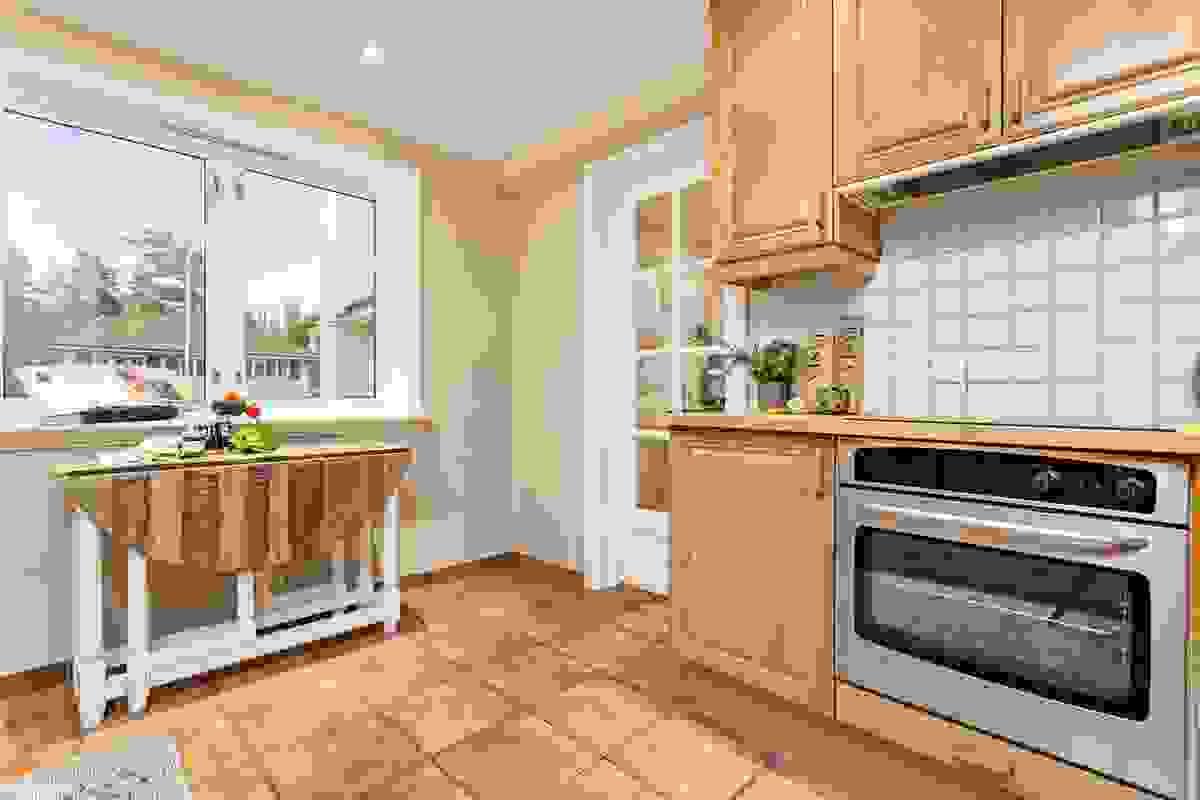 Kjøkkenet har adkomst via glassdører fra både hall/gang og øvre stue-/spisestue.