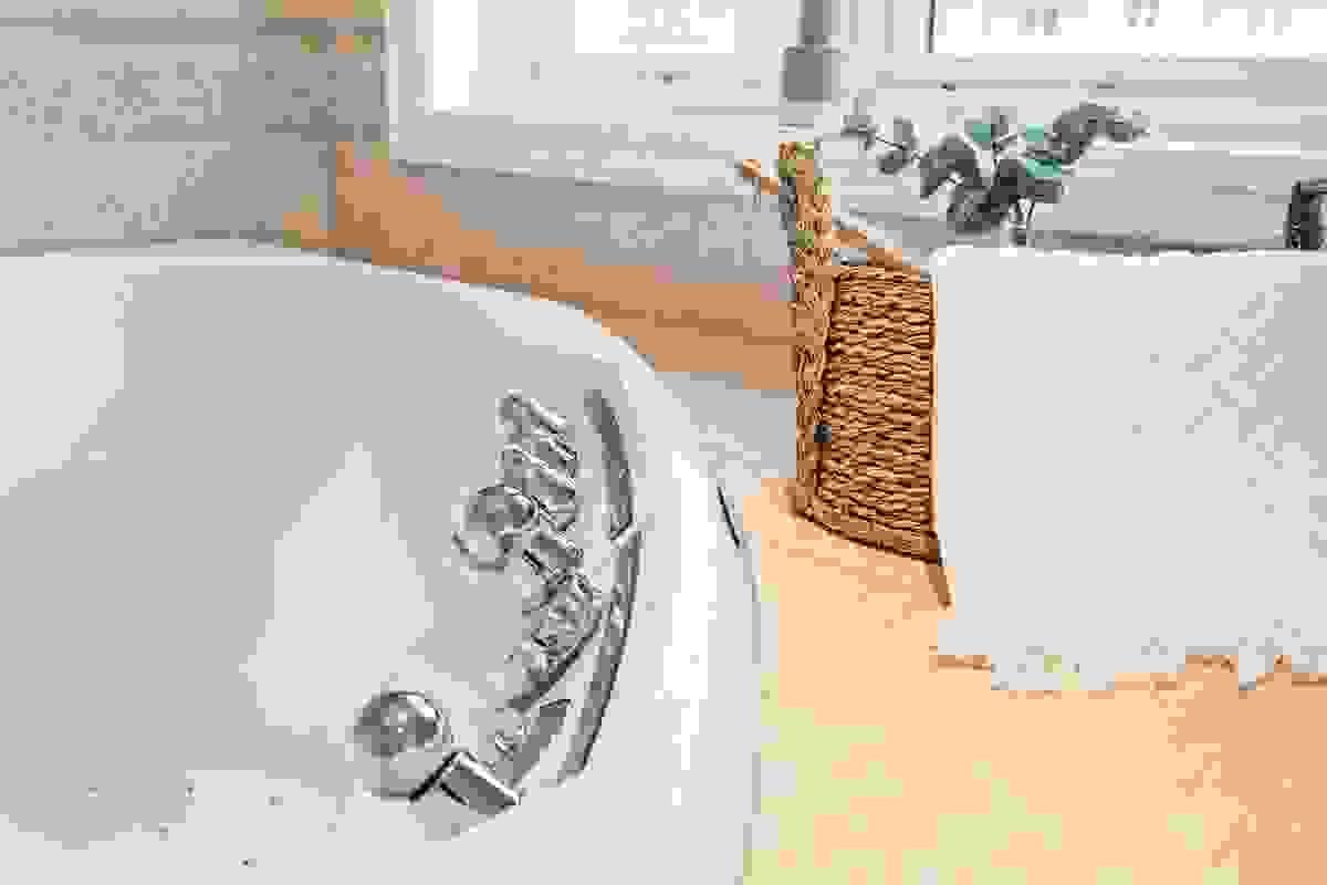 Boblebadekaret er stategisk plassert under vindu