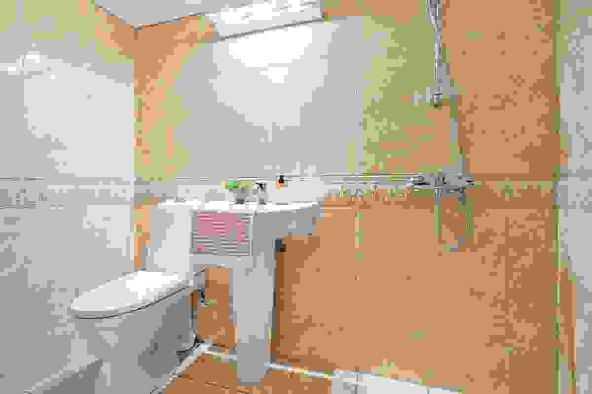 Baderommet i kjelleren er også oppusset i 2006 med tilsvarende fliser på vegger og på gulv som baderommet i 2. etasje
