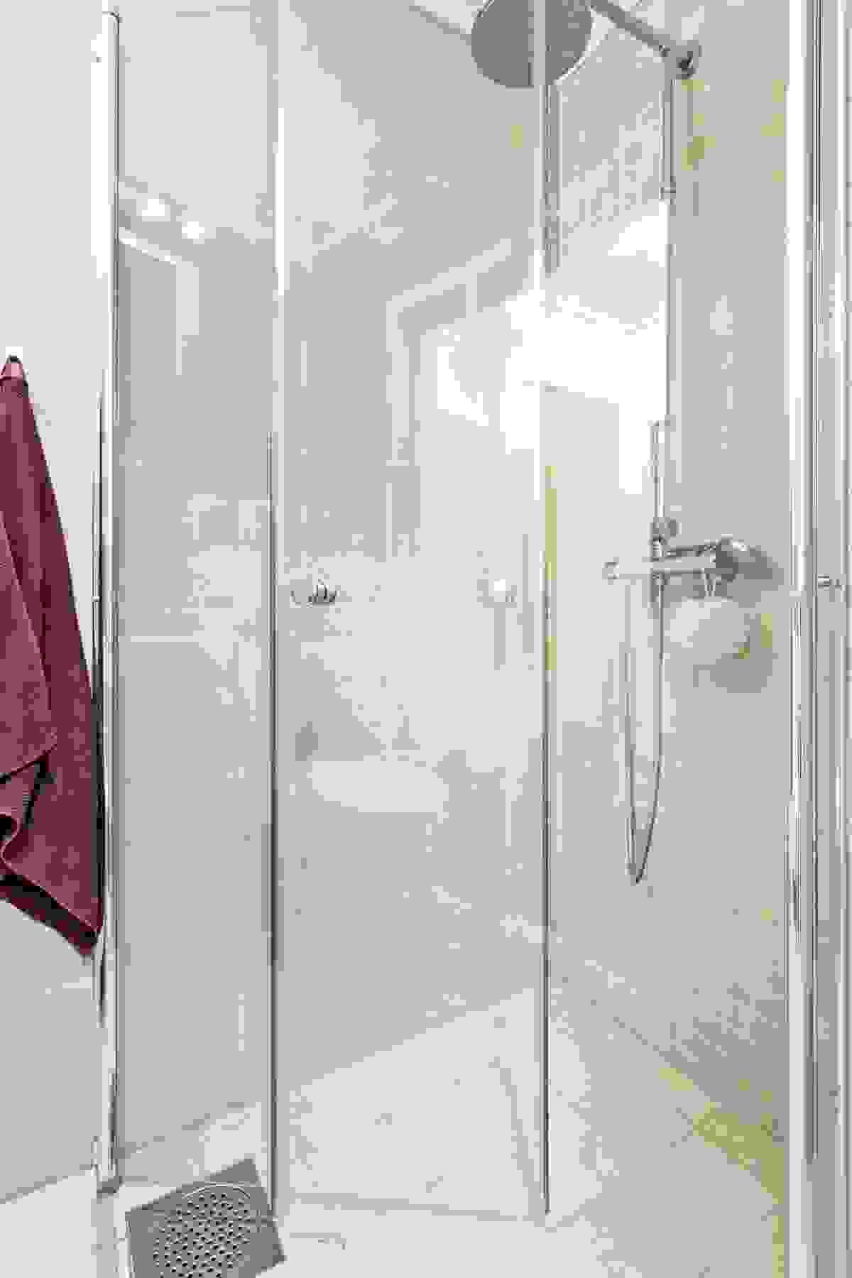 Flott løsning med stor dusj med inn- og utfeltbare dører