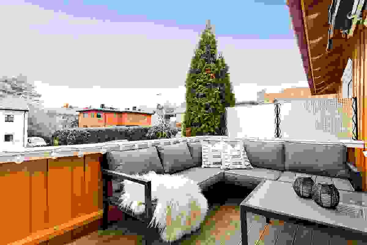 Romslig balkong med god plass til utemøblementet