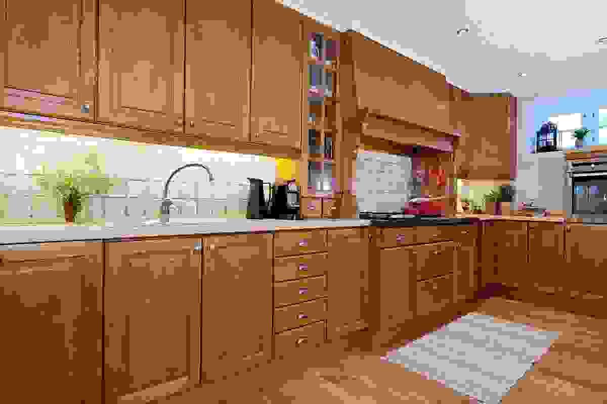 Romslig kjøkkeninnredning