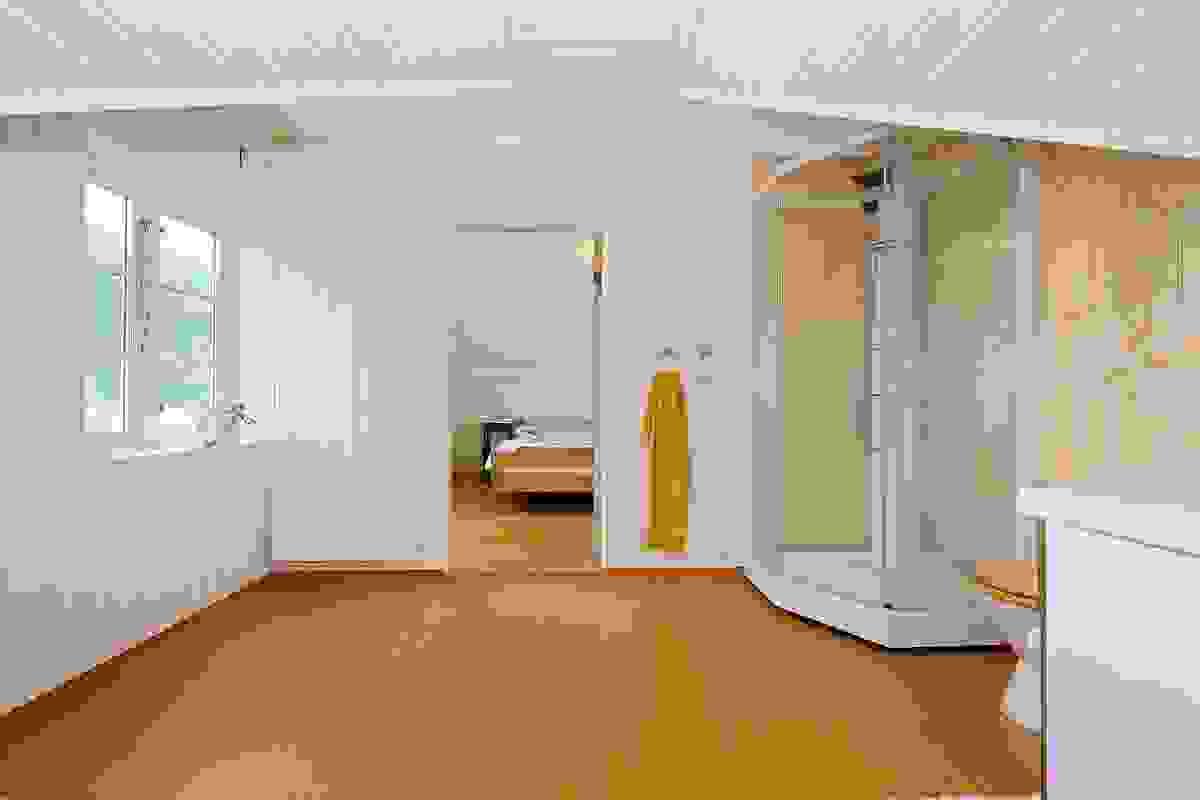 Badet er innredet med dusjkabinett, wc og servant i baderomsinnredning