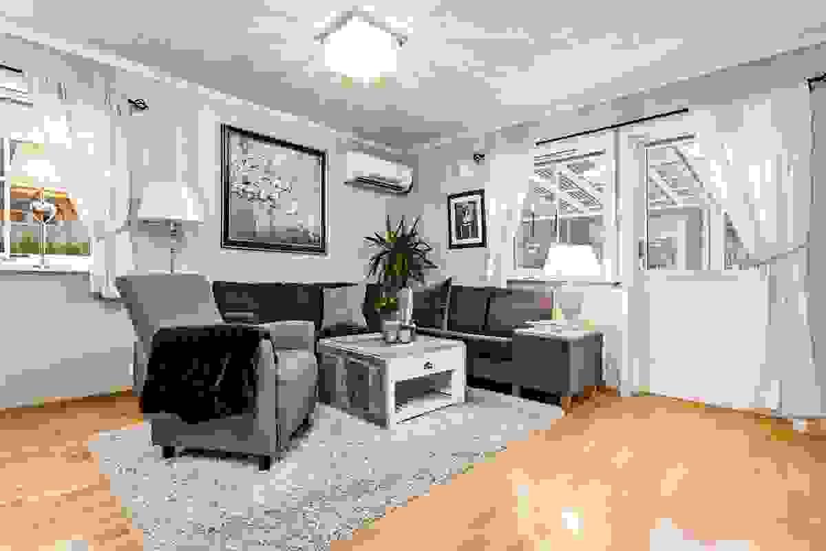 Stuen har åpen løsning mot kjøkkenet, og god plass til spisebord og sofakrok